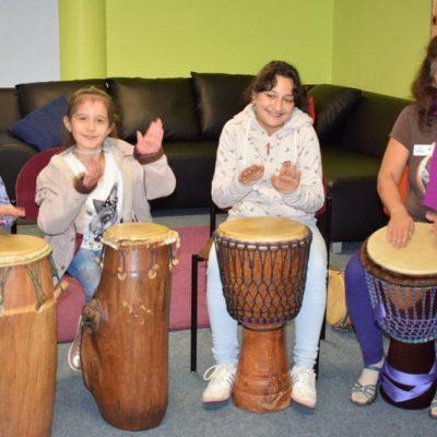 HAZ 10-2017 Trommeln mit dem ganzen Körper: Kiba (6), Rianna (9), Yagmor (12) und  Percussion-Künstlerin Uli Meinholz. Quelle: Jutta Grätz